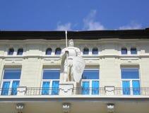 SOVETSK, RÚSSIA A escultura do ` s do cavaleiro em uma fachada da construção imagens de stock royalty free