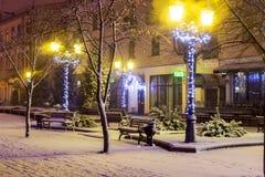 Sovetskaya街道圣诞节装饰和雪在布雷斯特,白俄罗斯 免版税库存图片