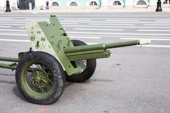 Soviete canhão no quadrado militar-patriótico do palácio do actionon da cidade, St Petersburg de 45 milímetros Fotografia de Stock