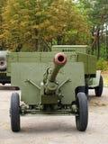 Sovjet 76mm kanon gan ZiS3 en legervrachtwagen ZiS5, (Ural) genomen CLO Royalty-vrije Stock Fotografie