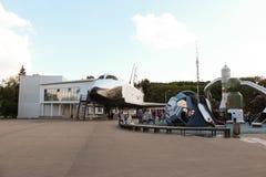 Sovjet opnieuw te gebruiken ruimtevaartuig ` Buran ` en een kinderen` s speelplaats dichtbij royalty-vrije stock afbeelding