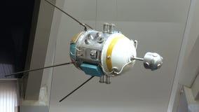Sovjet ruimtesatelliet in Ruimtemuseum stock videobeelden