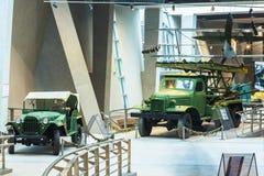 Sovjet Russische Legervrachtwagen gaz-67 en Katyusha-raketlanceerders BM-13N op de vrachtwagen van lenen-Huurstudebaker Royalty-vrije Stock Afbeeldingen