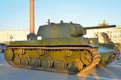 Sovjet zware tank kv-1 (Klim Voroshilov) op de achtergrond van Th Stock Fotografie