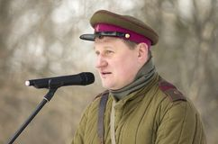 Sovjetambtenaar met tekens van onderscheid in viering van de Dag van Verdediger van het Vaderland Royalty-vrije Stock Fotografie
