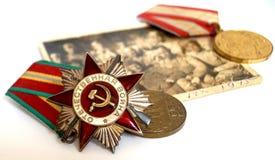 Sovjetbeställningar och medaljer ligger på ett gammalt militärt fotografi Royaltyfri Foto