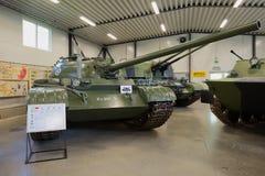Sovjetisk behållare T-54 i utläggningen av museet av bepansrat maskineri Royaltyfria Bilder