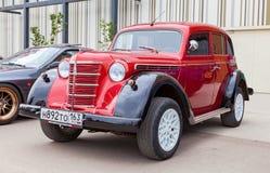Sovjetisk bil Moskvich-401 för tappning i den historiska mitten Arkivfoton