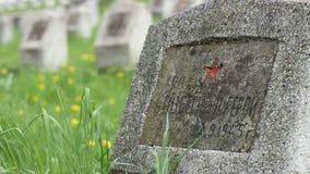 Sovjetisk grav för soldat WWII lager videofilmer