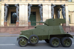 Sovjetisk ies BA-3 för kanonpansarbil 30 på ingången till byggnaden av den nya eremitboningen Royaltyfria Foton