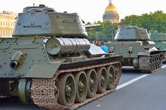 Sovjetisk medelbehållare T-34-85 på bakgrunden av Cath för St Isaacs Royaltyfria Bilder