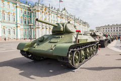 Sovjetisk medelbehållare T-34 på denpatriotiska handlingen på slottfyrkanten, St Petersburg Royaltyfri Bild