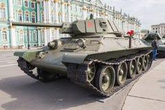 Sovjetisk medelbehållare T-34 på denpatriotiska handlingen på slottfyrkanten, St Petersburg Fotografering för Bildbyråer