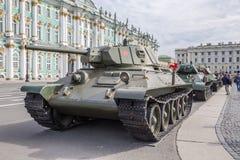 Sovjetisk medelbehållare T-34 på denpatriotiska handlingen som, är hängiven till dagen av minnet och sorgen på slottfyrkanten, St Arkivfoto