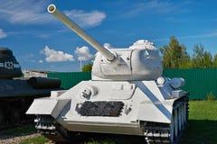 Sovjetisk medelbehållare T-34-85 Vit färg Arkivbild