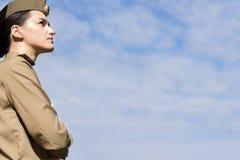 Sovjetisk militär kvinna utomhus Arkivbilder