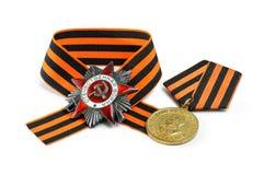 Sovjetisk militär medalj, beställning, George band som isoleras på vita lodisar Royaltyfria Foton