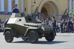 Sovjetisk pansarbil BA-64 på ståta i heder av segerdagen St Petersburg Arkivbild