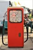 Sovjetisk röd bensinstation för tappning på den gamla billandfestivalen arkivbild