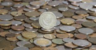 Sovjetisk rubel på bakgrund av många gamla mynt royaltyfri fotografi