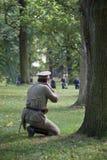 Sovjetisk soldat som siktar till fienden royaltyfri foto