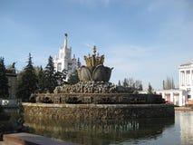 Sovjetisk springbrunn i Moskva Arkitektur i Moskva Royaltyfria Foton