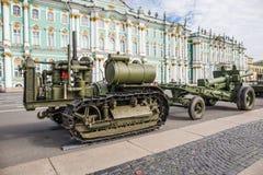 Sovjetisk traktor C-60 Stalinets av världskrig II på denpatriotiska handlingen på slottfyrkant St Petersburg Royaltyfria Bilder
