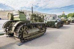 Sovjetisk traktor C-60 Stalinets av världskrig II på denpatriotiska handlingen på slottfyrkanten, St Petersburg Royaltyfria Foton