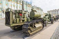 Sovjetisk traktor för C-60 Stalinets av världskrig II på denpatriotiska handlingen på slottfyrkant St Petersburg Arkivfoton