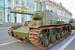Sovjetisk tung behållare KV-1 på bakgrunden av vinterslotten Royaltyfri Bild