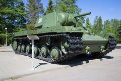 Sovjetisk tung behållare KV-1 som installeras på detdiorama `-avbrottet av Leningrad blockad`, Leningrad region Royaltyfri Fotografi