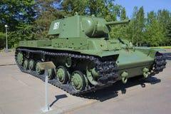 Sovjetisk tung period för behållare KV-1 av det stora patriotiska kriget som installeras på museumgenombrottet av blockaden av Le Arkivfoto
