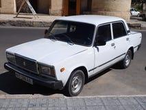 Sovjetisk vit bil för tappning Royaltyfri Bild