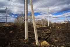 Sovjetiska elektriska poler i ensamt bränt land Fotografering för Bildbyråer