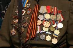 Sovjetiska militära utmärkelsear på veteranbröstkorg Royaltyfri Foto