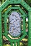 Sovjetiska symboler på det gamla metallstaketet Fotografering för Bildbyråer