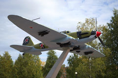Sovjetiskt attackflygplan IL-2 Ett fragment av monumentet till försvararna av Leningrad Ryssland Arkivbilder