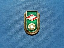 Sovjetiskt emblem med emblemet av fotbollklubban Spartak Moscow från serien 'USSR-fotboll ', closeup Faleristics arkivbilder