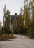 Sovjetiskt emblem på byggnad på den abadoned staden Tjernobyl, Ukraina Arkivfoto