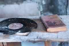 Sovjetiskt lärobok- och vinylrekord på tabellen i förstörd skola på tabellen i förstörd skola i Pripyt royaltyfria foton