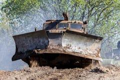 Sovjetiskt SLAGTRÄ - kör den militära bulldozern för M på spår på en motortechnic festival Royaltyfri Fotografi