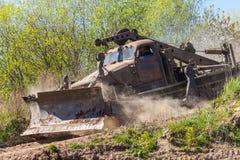 Sovjetiskt SLAGTRÄ - kör den militära bulldozern för M på spår på en motortechnic festival Arkivbild