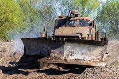 Sovjetiskt SLAGTRÄ - kör den militära bulldozern för M på spår på en motortechnic festival Royaltyfri Bild