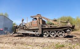 Sovjetiskt SLAGTRÄ - står den militära bulldozern för M på spår på en motortechnic festival Royaltyfria Bilder