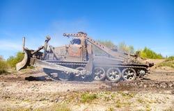 Sovjetiskt SLAGTRÄ - står den militära bulldozern för M på spår på en motortechnic festival Arkivbilder