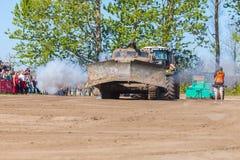 Sovjetiskt SLAGTRÄ - står den militära bulldozern för M på spår på en motortechnic festival Royaltyfri Foto
