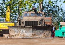 Sovjetiskt SLAGTRÄ - står den militära bulldozern för M på spår på en motortechnic festival Arkivfoto