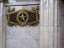 Sovjetiskt symbol på gångtunnelstationen, St Petersburg Royaltyfri Foto