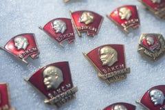 SovjetKomsomol emblem på gatamarknad royaltyfria bilder