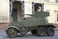 Sovjetpantserwagen 30 IES bedelaar-3 op de achtergrond van de Nieuwe Kluis, St. Petersburg Royalty-vrije Stock Afbeelding